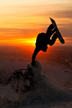Dominik Wagner - Photo by Flo Jäger. Snowboarding at sunset Parkour, Snowboarding Photography, Narrative Photography, Ski And Snowboard, Sunset Photography, Marvel, Extreme Sports, Luxury Life, Aesthetic Pictures