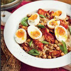 Rezept von Katie Quinn Davies: Couscous-Salat mit gerösteten Tomaten, Kichererbsen und weich gekochtem Ei