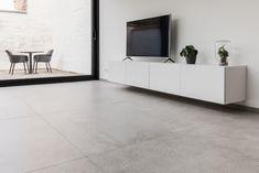 Woonkamer met keramische tegels in betonlook, formaat 120x120cm. Living Room, Living Room Tiles, Grey Floor Tiles Living Room, Home, New Homes, Interior Design Trends, Living Room Interior, Home And Living, Grey Floor Tiles