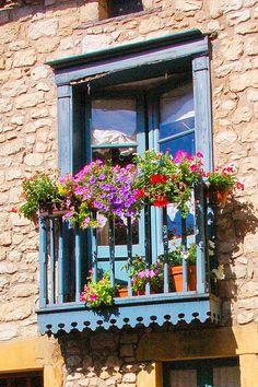 Balcon Juliette, Juliette Balcony, French Balcony, Balcony Flowers, Garden Windows, Dordogne, Window Dressings, Window Styles, Through The Window