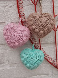 Bobble heart sleutelhangers - Renates haken en zo http://www.marrotdesign.nl/product/bobble-heart/