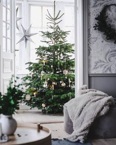 Otroligt vacker gran // Love this Christmas tree ❤🎄🎄🎄❤ repost: Scandinavian Christmas Trees, Elegant Christmas Trees, Nordic Christmas, Old Christmas, Holiday Tree, Beautiful Christmas, Simple Christmas, Christmas Tree Decorations, Ideas For Christmas Trees