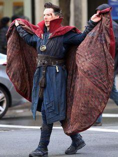 Benedict Cumberbatch(Doctor Strange) Benedict Cumberbatch as Doctor Strange filming in NYC Marvel Dc, Mundo Marvel, Marvel Heroes, Hulk, Martin Freeman, Spideypool, Bucky Barnes, Hawkeye, Black Widow
