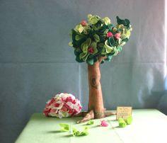Árvore grande - confeccionada em feltro, à mão.  Opções: várias cores e combinações. Valor referente à unidade. R$90,00