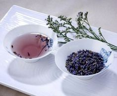 Lavender tea can help ease insomnia. Lavender tea can help calm nervousness and anxiety. It's also used to alleviate stress and uplift flagging spirits. Lavender Tea Benefits, Peppermint Oil Benefits, Fresh Mint Tea, Pure Green Tea, Best Herbal Tea, Herbal Teas, Sleep Tea, Healthy Herbs, Peppermint Tea