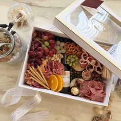 Prendas com Arranjo de flores Best Food Gift Ideas With Pretty Packaging How Floor Plans Can Save Yo Charcuterie Gift Box, Charcuterie Picnic, Plateau Charcuterie, Charcuterie Recipes, Charcuterie And Cheese Board, Charcuterie Platter, Party Food Platters, Cheese Platters, Grazing Food