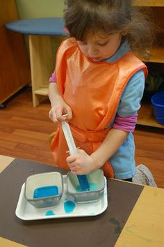 Ava Wanas Montessori: water transfer with syringe Montessori Playroom, Montessori Science, Montessori Practical Life, Montessori Toddler, Montessori Materials, Toddler Learning, Preschool Learning, Kindergarten Activities, Infant Activities