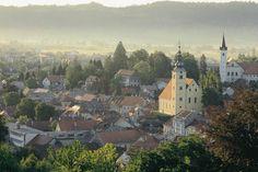 Samobor: Ubicado a 20 kilómetros de Zagreb, este pueblo medieval de arquitectura barroca es un verdadero encanto. Rodeado por una gran cadena montañosa, este pueblo no sólo se destaca por ser cuna del montañismo en Croacia, sino que además resulta un sitio único por lugares como el Valle de Anin y la Cueva Grgosova.