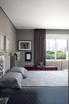 Nas paredes, tom Elefante, da Suvinil, e ao fundo, fotografia de Christian Cravo. Roupa de cama da Trousseau (Foto: Marco Antonio)