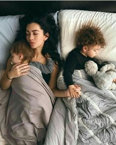 Co sleeping family Cute Family, Baby Family, Family Goals, Cute Little Baby, Little Babies, Cute Babies, Cute Baby Pictures, Baby Photos, Mode Ulzzang
