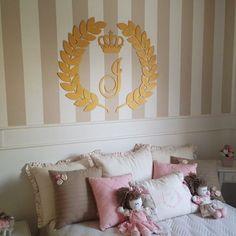 Sua bebe cresceu? Que tal um quarto de princesa? Brasão coroa em mdf com inicial dourados. Para finalizar a decor. #quartodeprincesa #quartomenina #decor #decoração #decoraçãoquarto #artesedons