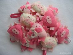 These little piggies are good luck charms for my friends! This Little Piggy, Little Pigs, Pig Crafts, Felt Gifts, Mini Pigs, Cute Piggies, Felt Baby, Diy Sewing Projects, Nouvel An