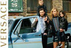 Versace reinterpreta el glamour y ahora mamás protagonizan su campaña