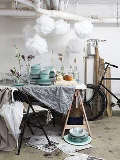 Den svenska sommaren är full av överraskningar. Här har trädgårdsfesten hastigt fått fly regnet in i cykelförrådet som får agera tillfällig festlokal tills solen tittar fram igen.