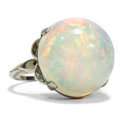 Ein Feuerwerk der Farben - Wundervoller vintage Weißgold-Ring mit großem Opal & Demi-Lune-Diamanten, um 1960 / 2000 von Hofer Antikschmuck aus Berlin // #hoferantikschmuck #antik #schmuck #Ringe #antique #jewellery #jewelry // www.hofer-antikschmuck.de