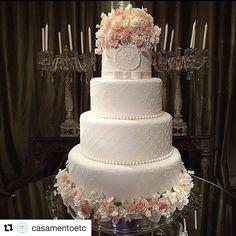 #Repost @casamentoetc (@get_repost) ・・・ Na hora de escolher o estilo do seu bolo de casamento, leve em consideração o salão da festa e as cores que vão estar presentes na decoração da sua cerimônia. �� #dicas #dicasdecasamento . . . #casamento #bolodecasamento #cake #bolo #weddingcake #decor #inspiration #wedding #weddinglove #weddingideas #weddinginspiration #weddingdecor #noivasdobrasil #noiva #bridesmaids #inesquecivelcasamento #noivadoano #casamentodossonhos #bridesmaid #lovecake…