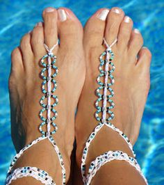 Easy Barefoot Sandals - A step by step tutorial ༺✿ƬⱤღ… Diy Barefoot Sandals, Barefoot Sandals Pattern, Bare Foot Sandals, Wedge Sandals, Crochet Sandals, Crochet Shoes, Crochet Slippers, Beaded Sandals, Easy Yarn Crafts