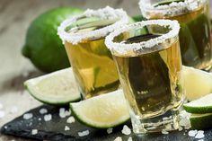 Confira as maneiras de tomar o destilado de aguave mexicano  continue lendo em Como Beber uma Dose de Tequila