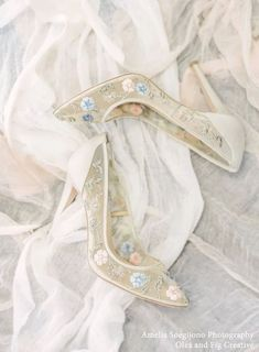 Nude bridal heels with the prettiest floral embroidery. Shopping for comfortable wedding shoes? These Chloe flower pumps are the ultimate bridal heel, allowing you to feel beautiful & dance all night. #bridal #bridalshoes #weddingshoes #weddingheels #bridalheels #bellabelleshoes #bellabelle @bellabelleshoes
