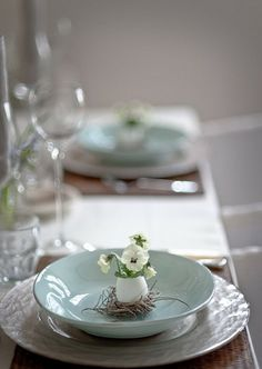 Perfectly lovely addition to an Easter table setting or Spring table setting Easter Table Settings, Diy Ostern, Beautiful Table Settings, Easter Celebration, Easter Brunch, Sunday Brunch, Brunch Table, Easter Dinner, Deco Table