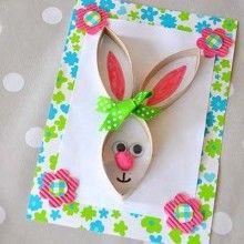 Idée créative toute simple pour réaliser avec les enfants une jolie carte Lapin de Pâques Récup avec un vieux rouleau de papier toilette.