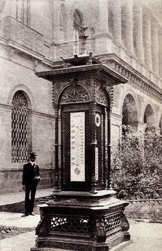 """-- Casa de los Leones y/o Perros —          Arriba, en una imagen fechada en 1917, aparece la """"Plazuela de Guardiola"""" con la casa de la fa..."""
