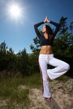 Además de todos los beneficios a nivel mental, el Yoga ofrece ventajas para el mejoramiento de tu apariencia física, pues ayuda a eliminar la acumulación de grasa en zonas como el abdomen, las caderas, los muslos, el cuello y el mentón.  Namaste, www.ciudadyoga.com