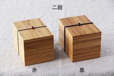 京都の老舗メーカーから誕生した、上品なお弁当箱。燻した竹の板を積み重ねた「積層材」を使い、美しい模様が特徴です。シンプルな作りが、お料理を一段と美味しく華やかに演出してくれますよ。お弁当箱としてはもちろん、お裁縫箱や薬箱などにも丁度よい大きさです。子供たちに受け継いでもらいたい箱ですね。