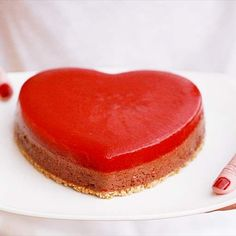 Pastel corazón de mousse de chocolate y coulis de fresas