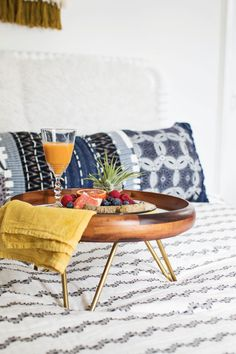 Hairpin Leg Breakfast Tray DIY – A Beautiful Mess modern bathtub trayGone are the days when decorating was a a single-and-accomplished deal. Diy Interior, Diy Décoration, Easy Diy, Do It Yourself Regal, Breakfast Tray, Interior Minimalista, Diy Wall Shelves, Beautiful Mess, Interiores Design
