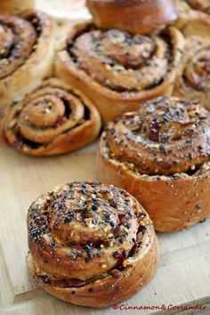 Würzige Brotschnecken mit Paprika, Knoblauch und Za´atar. Der Brotteig ist so unglaublich zart und buttrig, fast wie bei einem Croissant! Die Füllung ist fernöstlich angehaucht und mit Za'atar gewürzt! Ein Traum