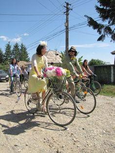 O nunta pe biciclete Bicycle Wedding, Wedding Inspiration, Bike Wedding