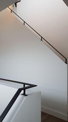 Zwart stalen trapleuning in een slank profiel. Gemaakt en gemonteerd door Indoor Steel Wall Railing, Staircase Handrail, Steel Handrail, Interior Staircase, Home Stairs Design, Railing Design, Home Interior Design, House Design, Modern Railing