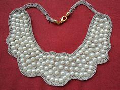 Maxi colar em couro bege estilo gola com pérolas, strass e correntes bege. R$45,00