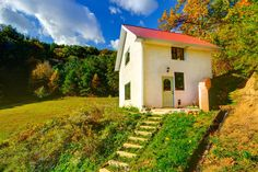 Chalet in Asheville, United States. The cottage has spectacular views of the mountains but is only ½ hour from Asheville and it's world-class restaurants, entertainment, and the Biltmore Estate. A destination paradise for honeymoons, anniversaries, birthdays and even intimate weddin...