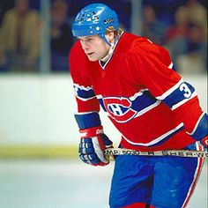 Brian Engblom, natif de Winnipeg au Manitoba, est un défenseur évoluant pour l'équipe de l'Université du Wisconsin aux États-Unis. Il a été repêché en 22e position par les Canadiens de Montréal au cours de la séance de repêchage de la LNH en 1975. Il entreprend sa carrière professionnelle avec le club-école du tricolore de l'époque, les Voyageurs de la Nouvelle-Écosse. Il endosse l'uniforme du CH pour son premier match en carrière dans la LNH durant les séries éliminatoires de 1976-1977. Hockey Teams, Hockey Players, Ice Hockey, Soccer, Maurice Richard, Nhl, Montreal Canadiens, Toronto, The Ch