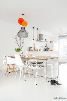 Interieurinspiratie eettafel in een witte keuken ©BintiHome
