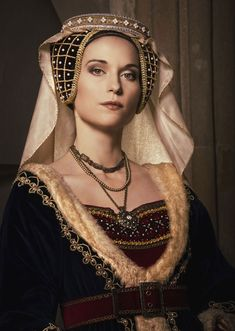 Caul hat: A headdress that was worn by women and it covered their tied-up hair. Usually was made from silk, velvet or fine silk. Mode Renaissance, Renaissance Costume, Medieval Costume, Renaissance Fashion, Medieval Dress, Medieval Clothing, Medieval Fantasy, Historical Costume, Historical Clothing