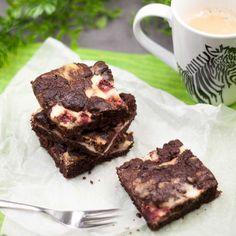 Die Erdbeer-Cheesecake-Brownies sind lecker, lowcarb, glutenfrei und schmecken auch angenehm frisch.