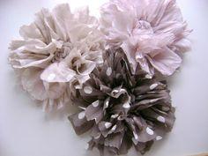 Broche fleur tissu, Shabby, couleur rose très pastel à pois blanc.  50 % coton, 50% soie tissu chiffoné.  Peut être montée su pince pour cheveux.  Dia