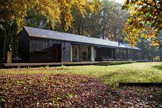 Midden in het bos, tussen de vennen, staat het Brouwhuis, een woning van bescheiden afmetingen, maar met een fenomenaal uitzicht op de omgeving. Verantwoordelijk architect Jacq. de Brouwer van Beda…