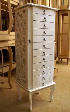 Móvel Porta-joias com 12 gavetas. Acompanhas puxadores de ferro (rustico) ou em formato de rosa. Pintura branca.  ATENÇÃO: Espelhos ou vidros não inclusos. R$ 350,00