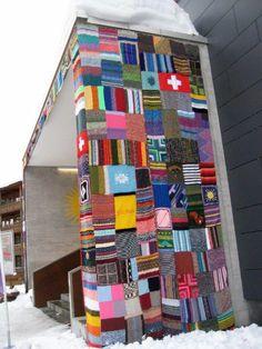 Strickdorf Arosa: Coole Masche http://www.spiegel.de/fotostrecke/arosa-in-der-schweiz-strick-graffiti-fuer-einen-guten-zweck-fotostrecke-114478-5.html