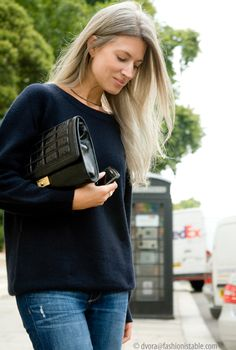 Fashionistable: Out and about.Sarah Harris -I adore this woman's style! She looks fabulous dressed up or down.Sarah Harris - queen of women fashion Grey Hair Inspiration, Style Inspiration, Vogue Fashion, Fashion Beauty, Sarah Harris, Thing 1, Going Gray, Casual Chic Style, Glamour