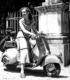 Odile Versois, l'attrice francese in sella ad uno scooter  Vespa. La foto è stata scattata nel 1949.