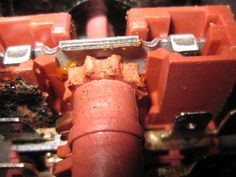Op deze foto kun je zien dat de kwaliteit van de gebruikte schakel-unit niet erg best is. De oven is weinig gebruikt en toch is het tandwiel behoorlijk beschadigd.