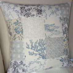 Housse de coussin en patchwork, des carrés en toile de jouy et coton blanc et bleu n°2