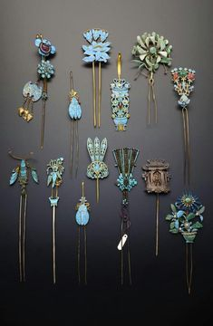 China Collection of gilt metal and Kingfisher feather hair ornaments; formed as single and double pronged hairpins, four earpick-hairpins, one formed as a pagoda containing a seated figure, the others with foliate designs, insects and birds Qing Dynas Hair Accessories For Women, Fashion Accessories, Antique Jewelry, Vintage Jewelry, Bijoux Art Nouveau, Vintage Hair Combs, Hair Jewels, Stick Pins, Feathered Hairstyles