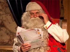 Père Noël lit des lettres des enfants en Laponie en Finlande. More information: www.perenoel.fi
