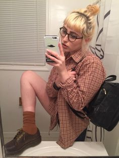 """If u think I'm not about to go study for my capitalism midterm with greasy hair and in a shirt that says """"smile if you love Girl Scout cookies"""" U r dead wrong Grunge Fashion, 90s Fashion, Vintage Fashion, Fashion Outfits, Fall Outfits, Cute Outfits, Punk, Soft Grunge, Outfit Goals"""